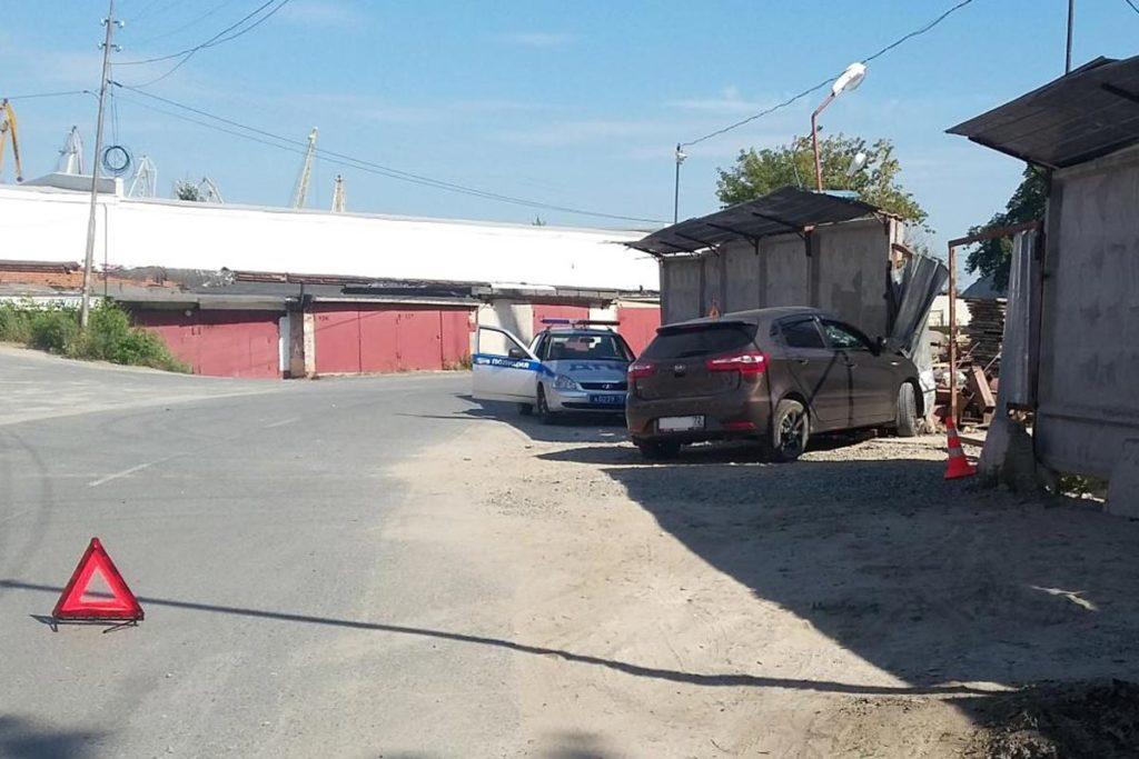 Около часа дня на улице Пристанской в забор и металлические ворота въехал автомобиль «Киа Рио»