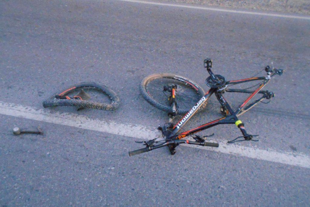 Около половины восьмого часа вечера на 11-м километре Салаирского тракта тягач «Вольво» с полуприцепом сбил велосипедиста, который упал на стоящий на обочине легковой автомобиль «Пежо»