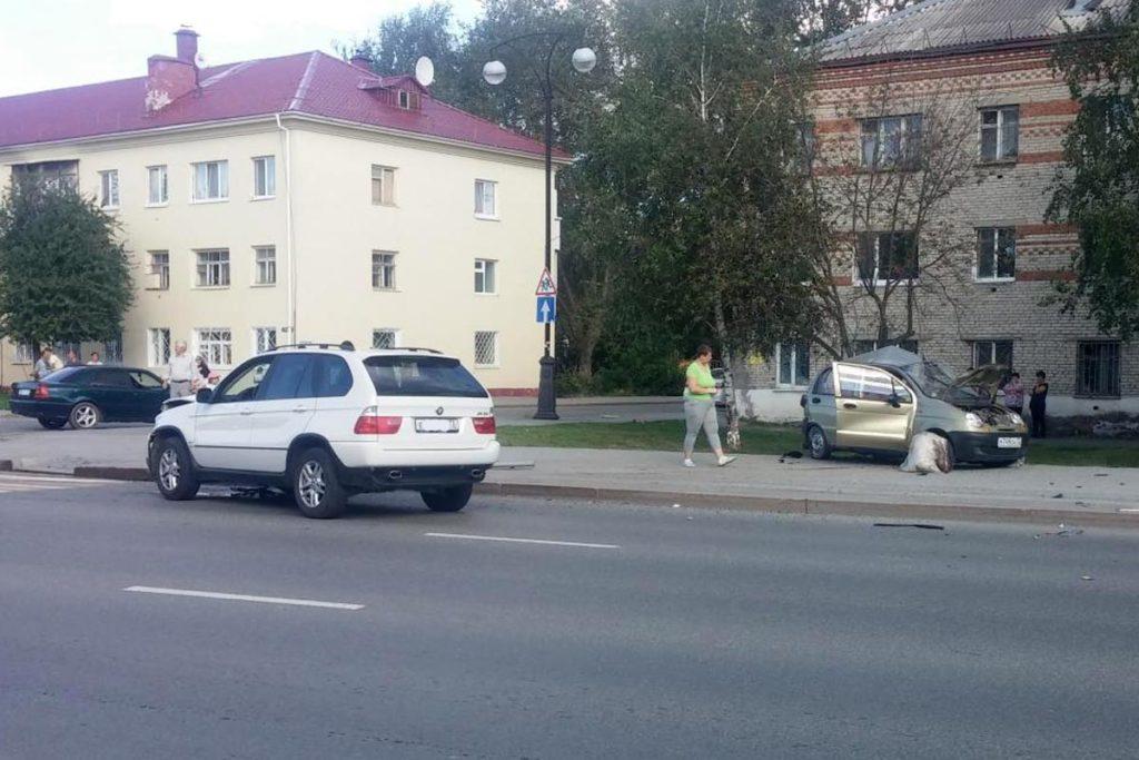 В городе Тобольске на улице Семена Ремезова в пятом часу дня в воскресенье столкнулись «БМВ Х5» и «Дэу Матиз»