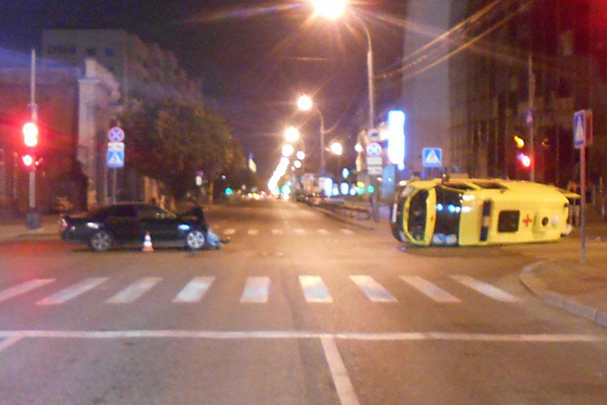 Машина «скорой» угодила вДТП иперевернулась вцентре Тюмени