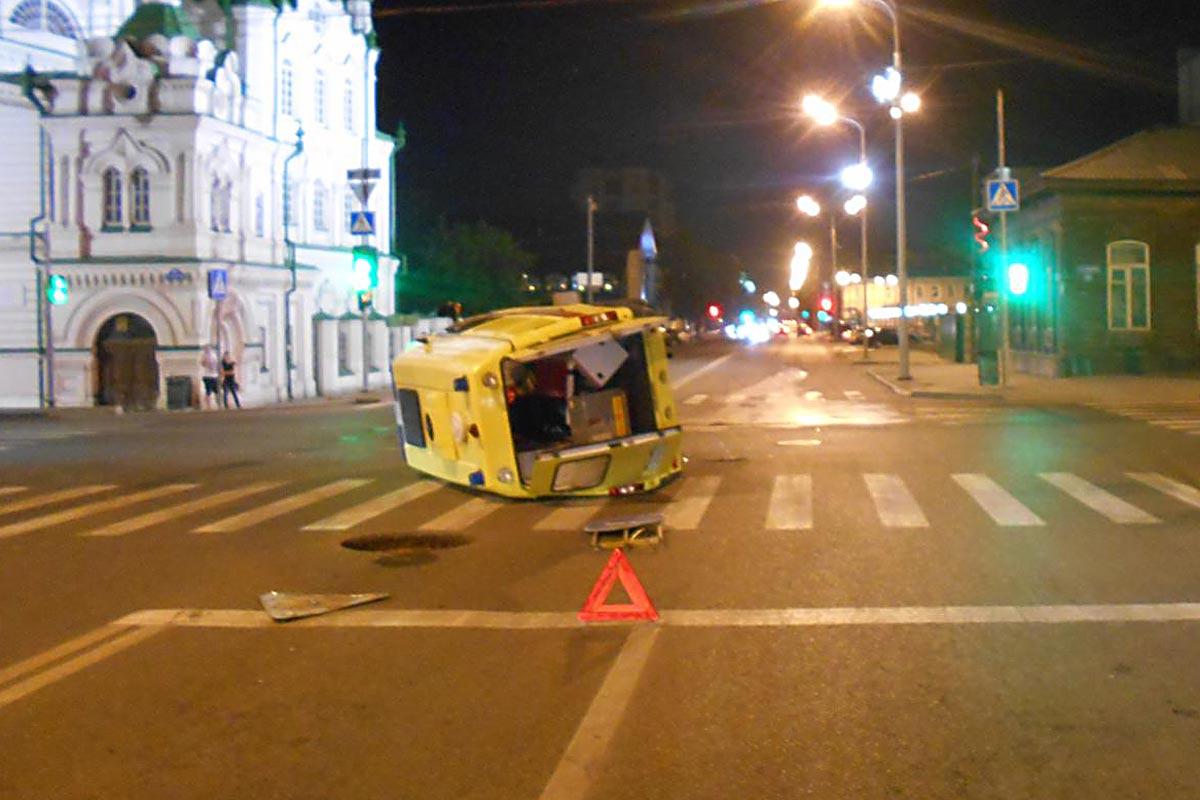 «Скорая» опрокинулась из-за столкновения синомаркой вТюмени, пострадали доктор ифельдшер