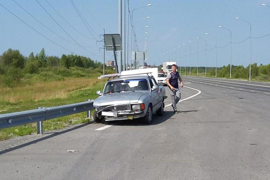 Около полудня на 40-м километре автодороги Тюмень – Омск в металлическое ограждение въехал автомобиль «Волга»