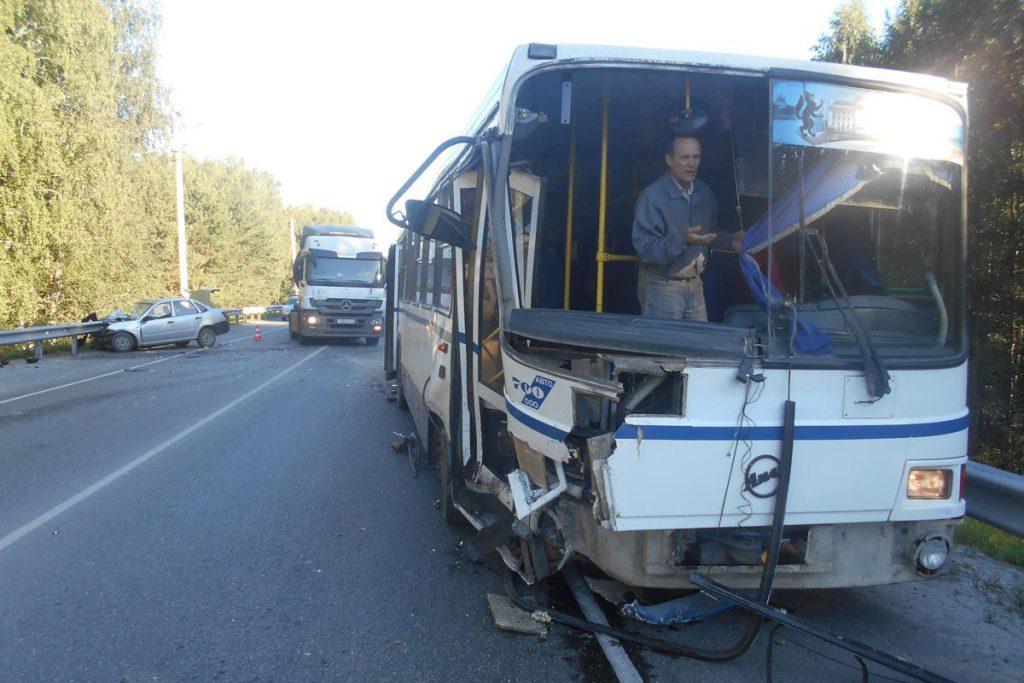 В областном центре на 12-м километре Ялуторовского тракта в половине седьмого часа утра столкнулись автомобиль «Лада Гранта» и автобус «ЛИАЗ»