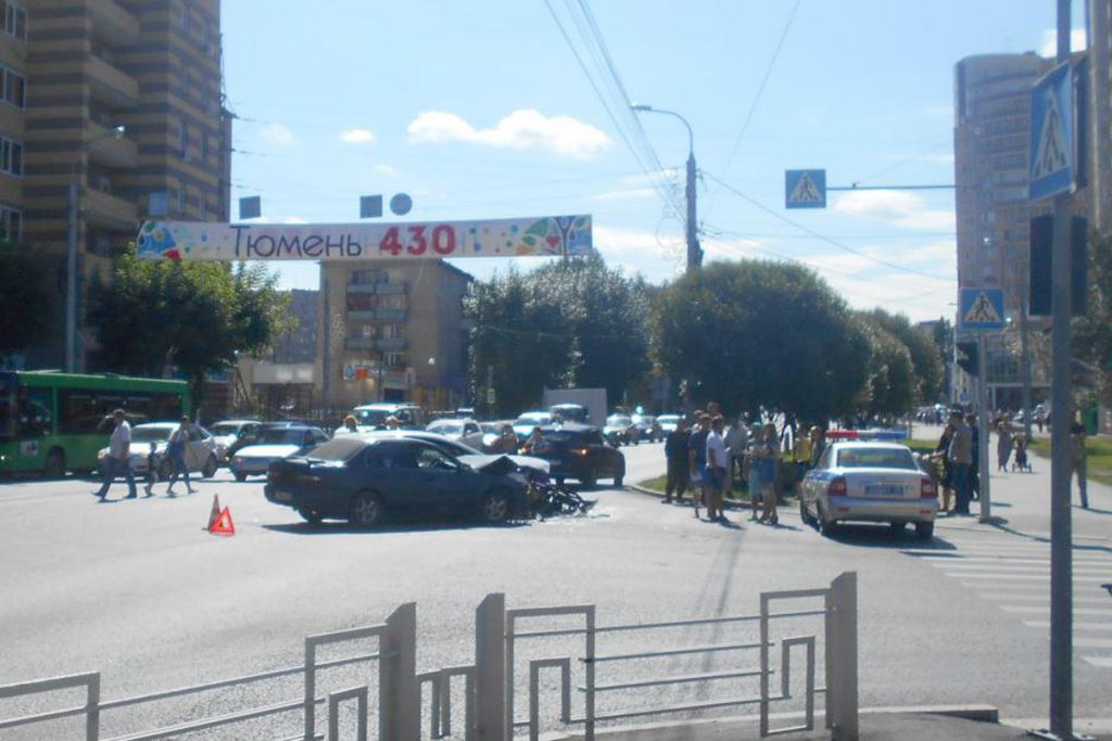 «Форд» и «Тойота» столкнулись в областном центре на пересечении улиц Ямской и Льва Толстого около двух часов дня