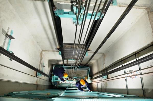 ВтюменскомТЦ нарабочего рухнула кабина лифта