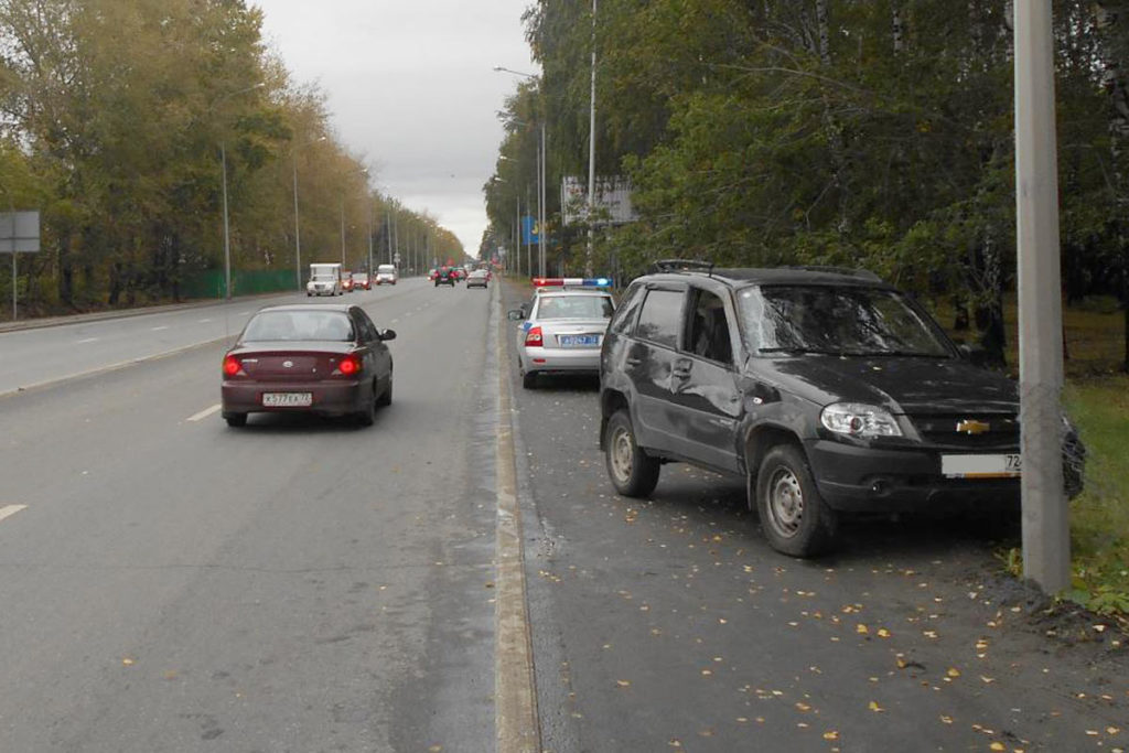 В час дня в областном центре на улице 50 лет ВЛКСМ, 69 перевернулся автомобиль «Шевроле Нива».