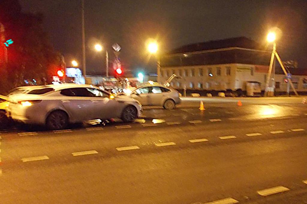 В Тюмени на ул.Авторемонтной столкнулись «Дэу Нексия» и «Форд» , от удара их отбросило на «Тойоту» и «КИА»
