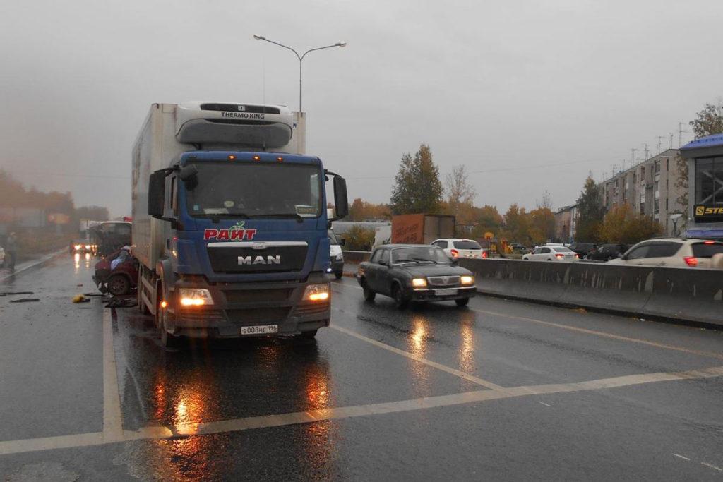 На улице Институтской, 10 города Тюмени нетрезвый 46-летний водитель «Рено» спровоцировал ДТП с участием трех автомобилей