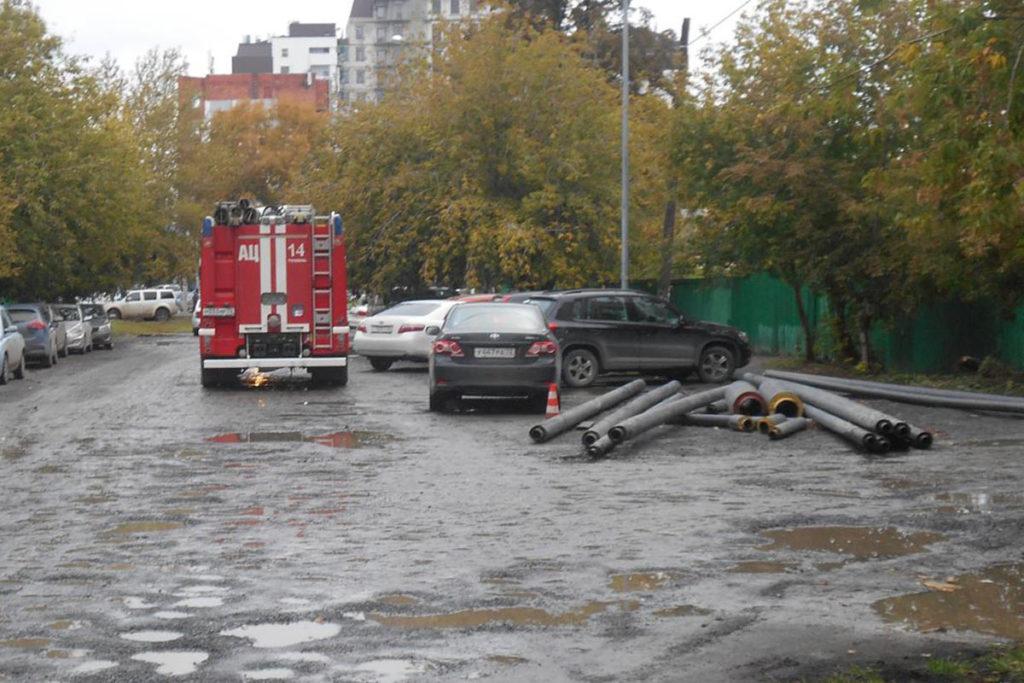 Тюмени на ул.М.Тореза, 2 автомобиль «КамАЗ» въехал в препятствие – трубы, которые отбросило на пешехода