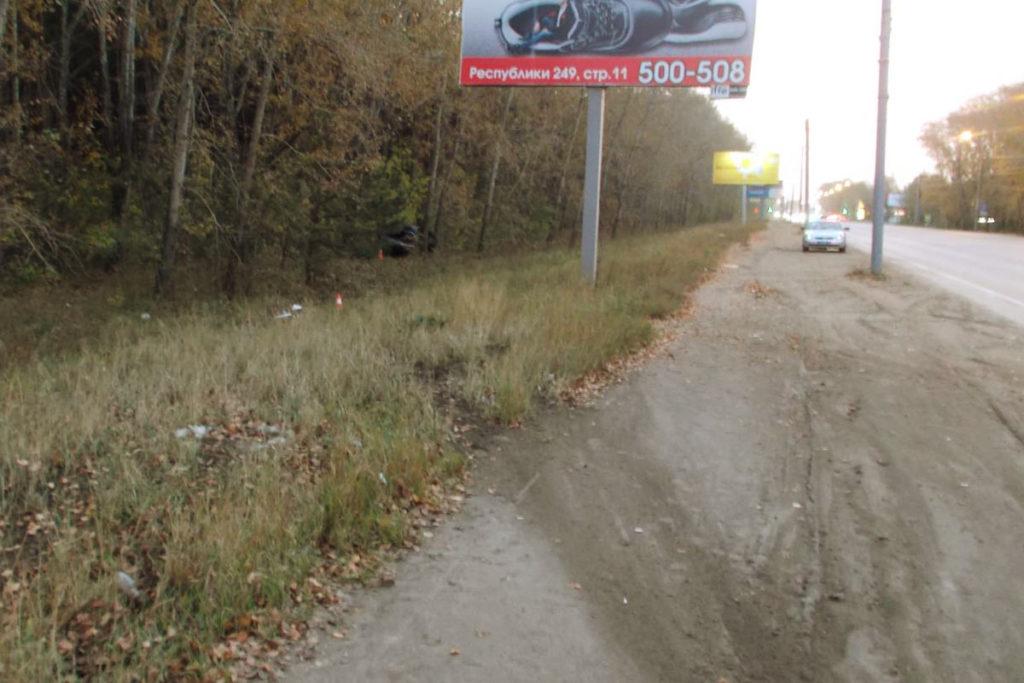 В районе Рабочего поселка автомобиль «Волга» пересек двойную сплошную линию разметки и съехал в левый кювет, после чего легковушка врезалась в дерево
