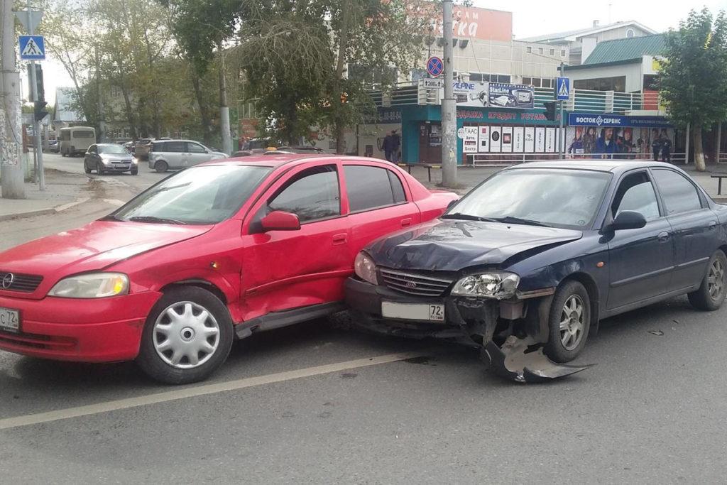 «Опель» и «Киа» столкнулись в Тюмени на ул.Республики, 200 из-за нарушения очередности проезда перекрестков