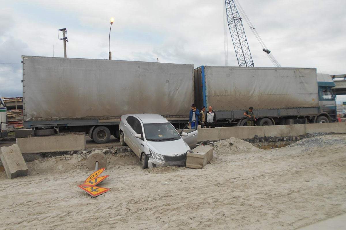 Фура «Скания» сбросила легковую машину спроезжей части наулице Федюнинского