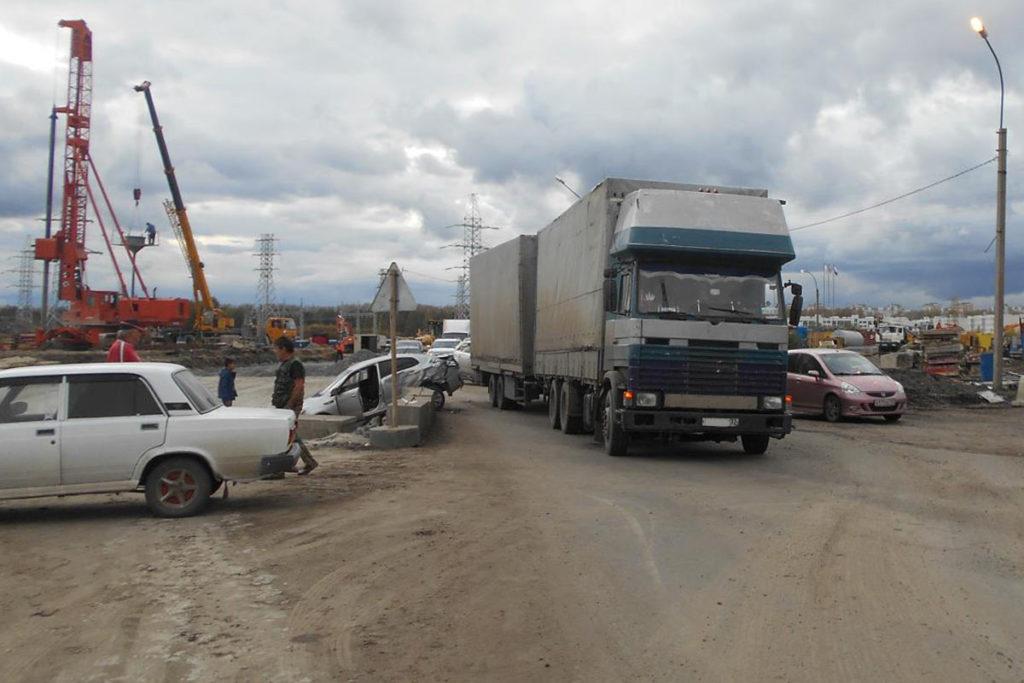 На ул.Федюнинского, 41, у строящейся развязки с улицей Мельникайте, фура «Скания» при перестроении зацепила автомобиль «КИА»
