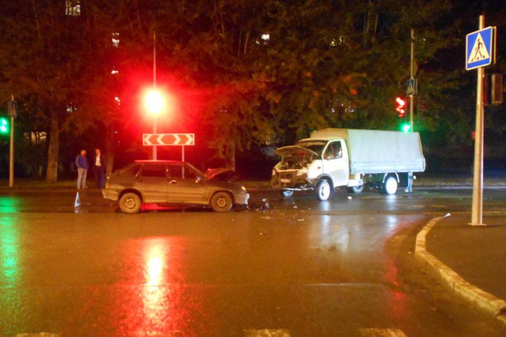 В девятом часу вечера на перекрестке улиц Парфенова и Энергетиков столкнулись «Газель» и «Лада»