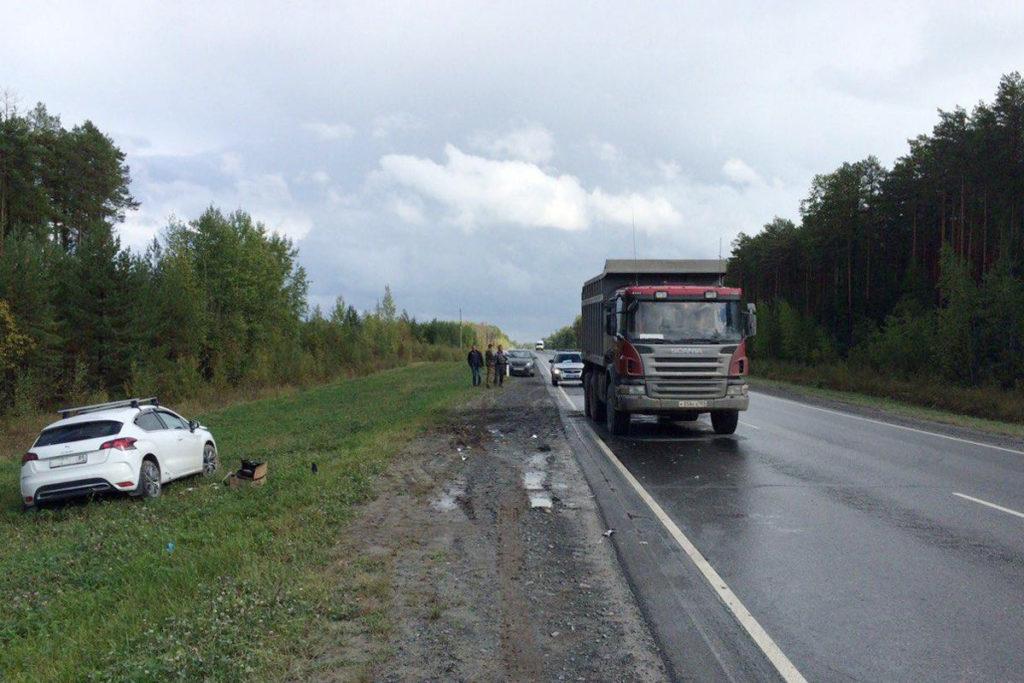 Днем на 465 километре автодороги Тюмень-Ханты-Мансийск в Уватском районе столкнулись легковой автомобиль «Ситроен» и самосвал «Скания»