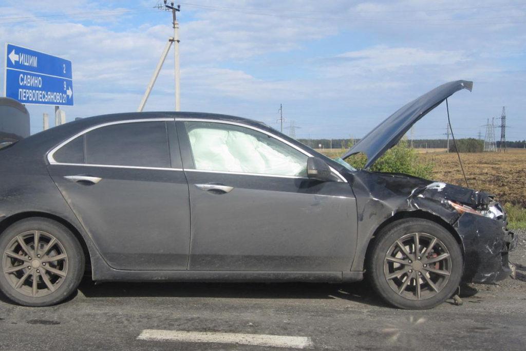 Мопед и «Хонда» столкнулись вчера утром на 296-м километре автодороги Тюмень-Омск