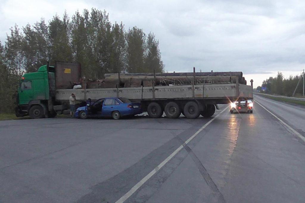 На 129-м километре трассы в Ярковском районе столкнулись «МАЗ» и «Дэу Нексия»