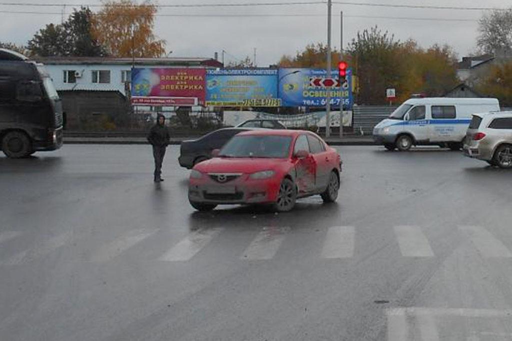 В Тюмени в 12 часов 40 минут на перекрестке улиц 50 лет Октября и Воровского столкнулись автомобили «Ниссан» и «Мазда»