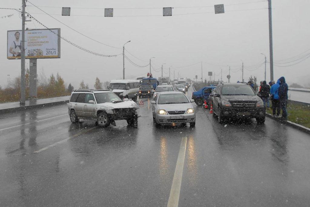 На улице Алебашевской в 13 часов 30 минут произошла авария с участием четырех машин: «Субару», «Рено», «Хёндэ» и «Мерседес»