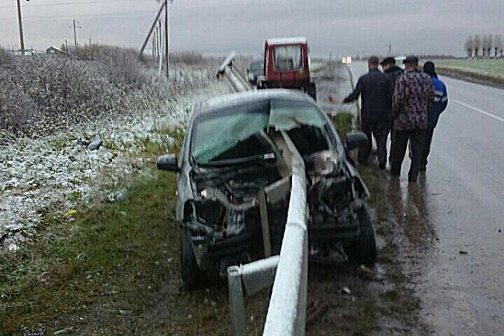В Тюменском районе на 24 км автодороги Богандинский-Червишево-Чаплык 7 часов 20 минут автомобиль «Шевроле Авео» въехал в металлическое ограждение