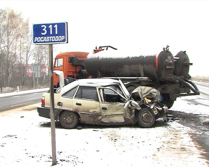 Сегодня, 18 октября, в 7 часов утра на 331-м километре федеральной автодороги Екатеринбург – Тюмень в окрестностях областного центра столкнулись а/м «КАМАЗ» и «Дэу Нексия»