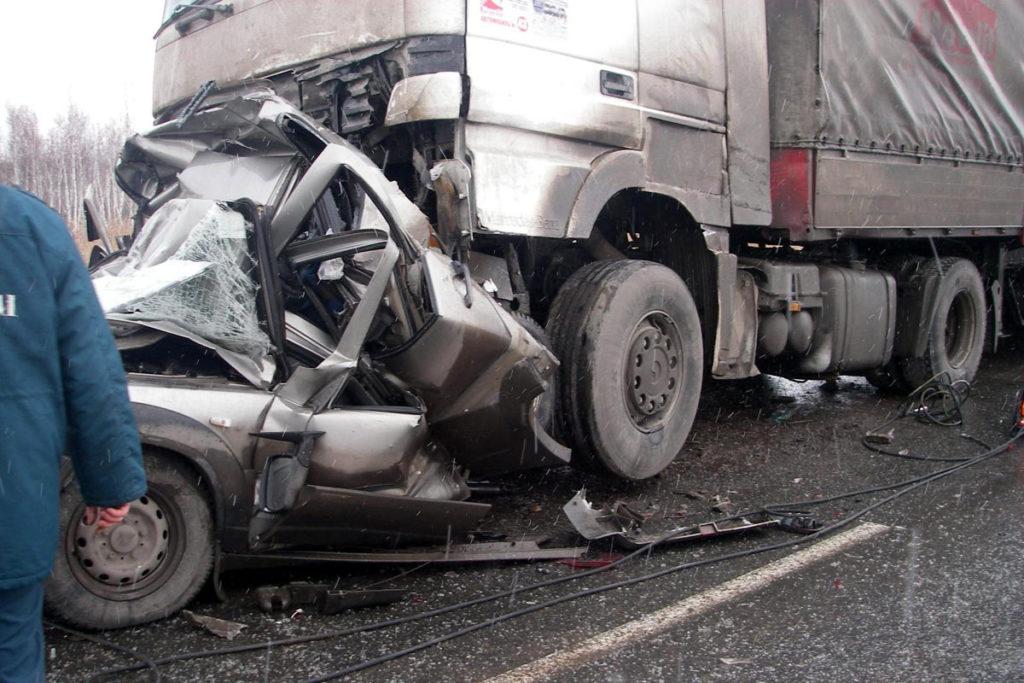 На 70-м километре автодороги Ишим-Бердюжье столкнулись два тягача с полуприцепами и легковой автомобиль «Шевроле Нива»