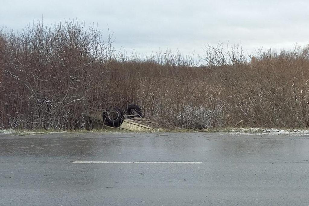 В областном центре на Салаирском тракте в районе поселка Березняки съехал в кювет и перевернулся автомобиль «Дэу Нексия»