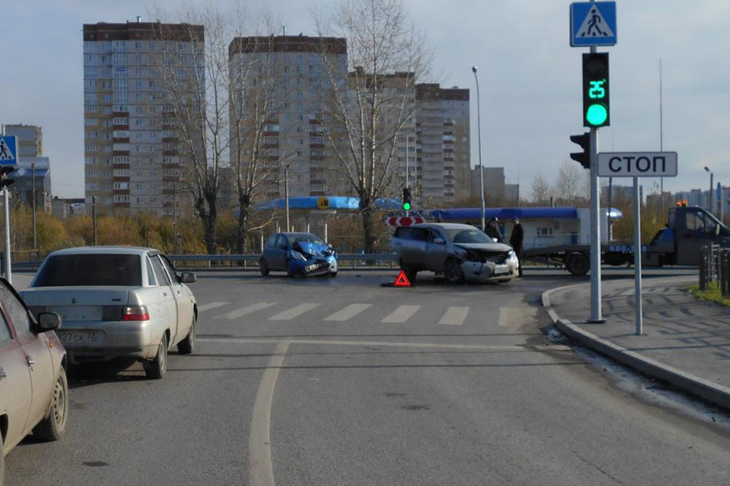 Автомобили «Ниссан» и «Пежо» столкнулись на улице Щербакова, 84 областного центра в 9 часов утра
