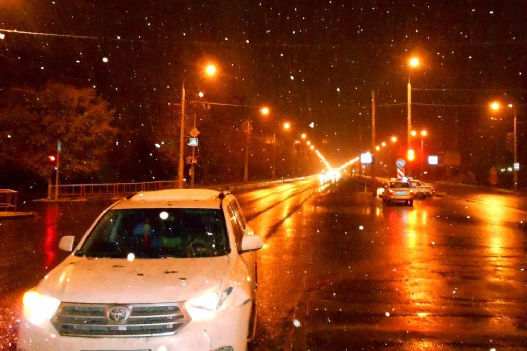 Около половины девятого часа вечера на пересечении улицы Широтной и Ткацкого проезда автомобиль «Тойота Highlander» сбил 63-летнюю женщину