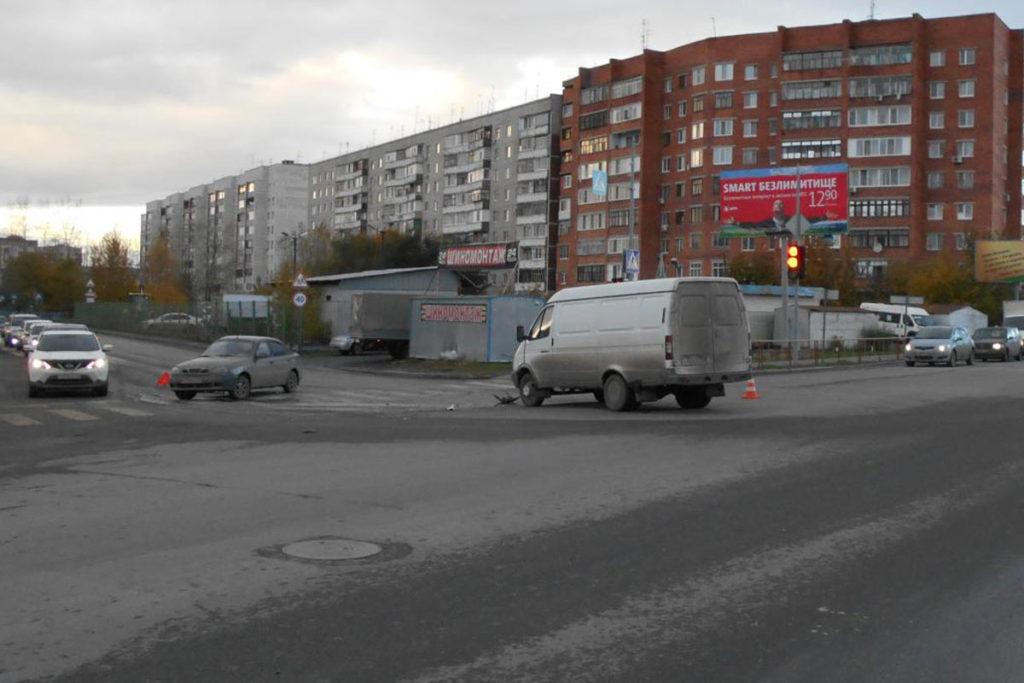 В Тюмени в 15 часов 40 минут на перекрестке улиц Самарцева и Ставропольской столкнулись автомобили «ЗАЗ Шанс» и «Газель»