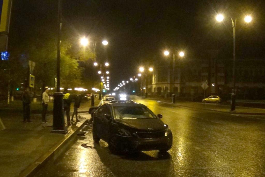 В Тобольске на перекрестке улиц Октябрьской и Аптекарской столкнулись автомобили «Киа» и ВАЗ 2110