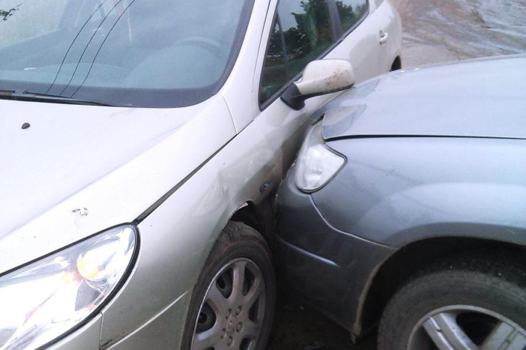 На нерегулируемом перекрестке улиц Дорожников и Прокомзоны  около 10 часов столкнулись автомобили «Субару» и «Пежо»
