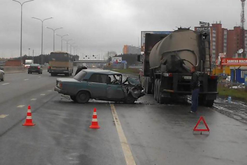 Три человека пострадали вчера в результате наезда «Жигулей» седьмой модели на стоящий на обочине объездной дороги цементовоз