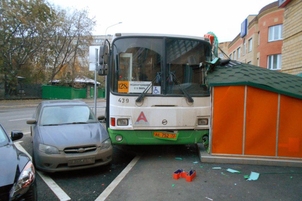 В областном центре около половины пятого часа дня на улице Комсомольской въехал в здание и припаркованный автомобиль «Субару» автобус «ЛИАЗ» 128-го маршрута