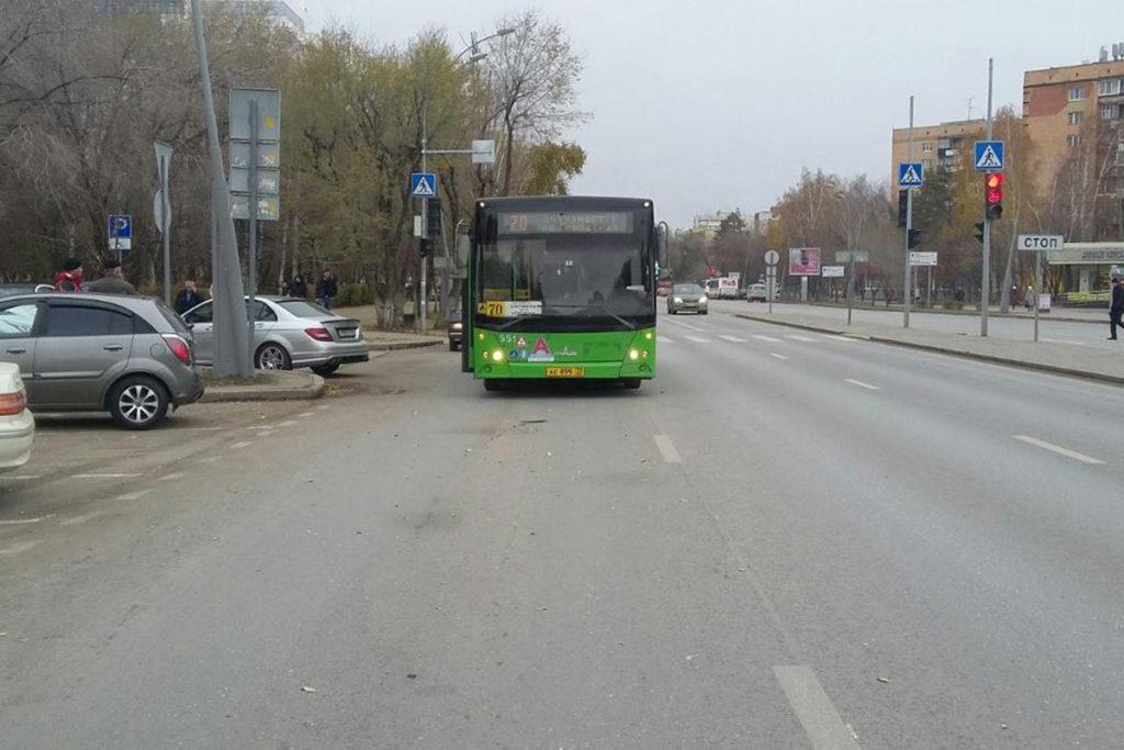 В областном центре в 9 часов утра на улице Мельникайте, 72 водитель автомобиля «Киа Рио» при перестроении создал помеху автобусу «МАЗ» 70-го маршрута.