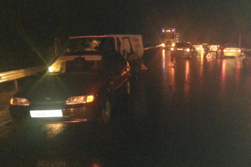 Около шести часов вечера на 126-м километре федеральной трассы Тюмень – Ханты-Мансийск в Ярковском районе столкнулись 4 автомобиля: «Хендэ Соната», «Форд Транзит», «Форд Фокус» и «Лада» 14-й модели