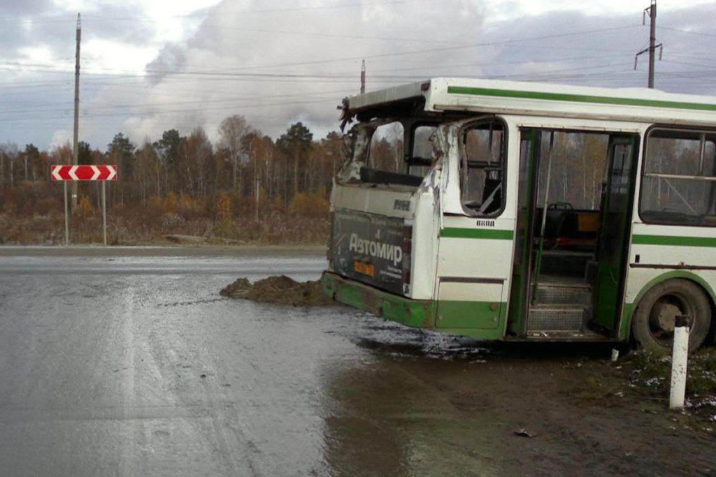 На 246-м км автодороги Тюмень-Ханты-Мансийск в Тобольском районе около 15-ти часов столкнулись автобус ЛИАЗ с автомобилем Мерседес
