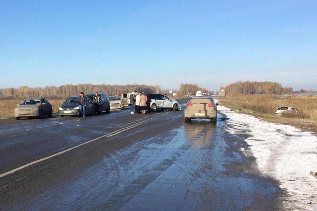 5 автомобилей: «Субару», «Шевроле», «Хендэ», «Фольксваген» и «Форд», столкнулись на 51-м километре федеральной автодороги Тюмень – Омск в Ялуторовском районе в воскресенье утром