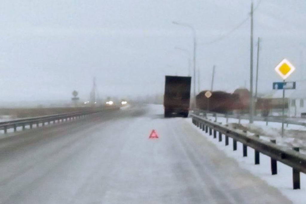 В половине седьмого часа утра на 356-м километре федеральной автодороги Тюмень – Омск в окрестностях села Абатское тягач «Скания» с полуприцепом сбил 30-летнюю женщину