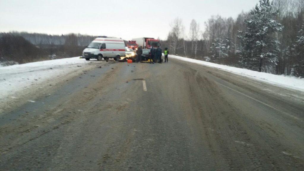 В половине четвертого часа дня на 137-м километре федеральной автодороги в Ярковском районе столкнулись автомобили «БМВ» и «Хендэ Солярис»
