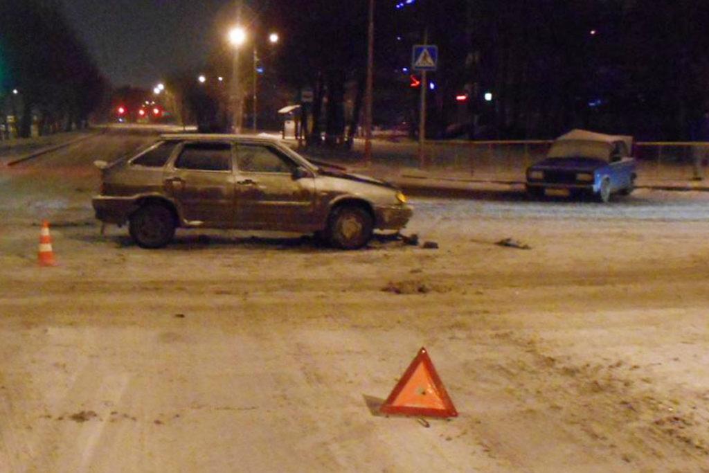 «Жигули» 5-й и «Лада» 14-й модели столкнулись около двух часов ночи на пересечении улиц 50 лет Октября и Одесской областного центра