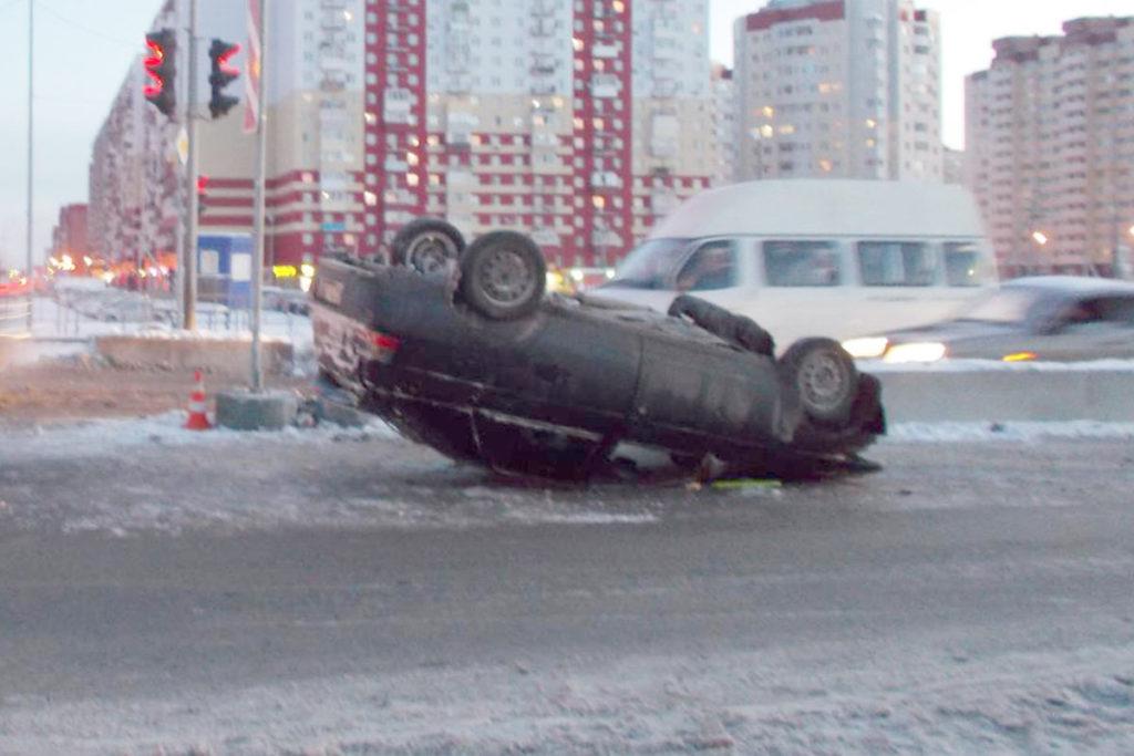 В шесть часов утра на пересечении улиц Федюнинского и Пермякова областного центра наехал колесом на бордюр и перевернулся автомобиль «Лада» 12-й модели