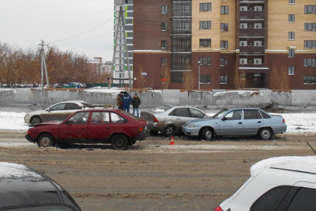 Три автомобиля «Форд», «Москвич» и «Дэу» столкнулись в Тюмени на ул.Харьковской