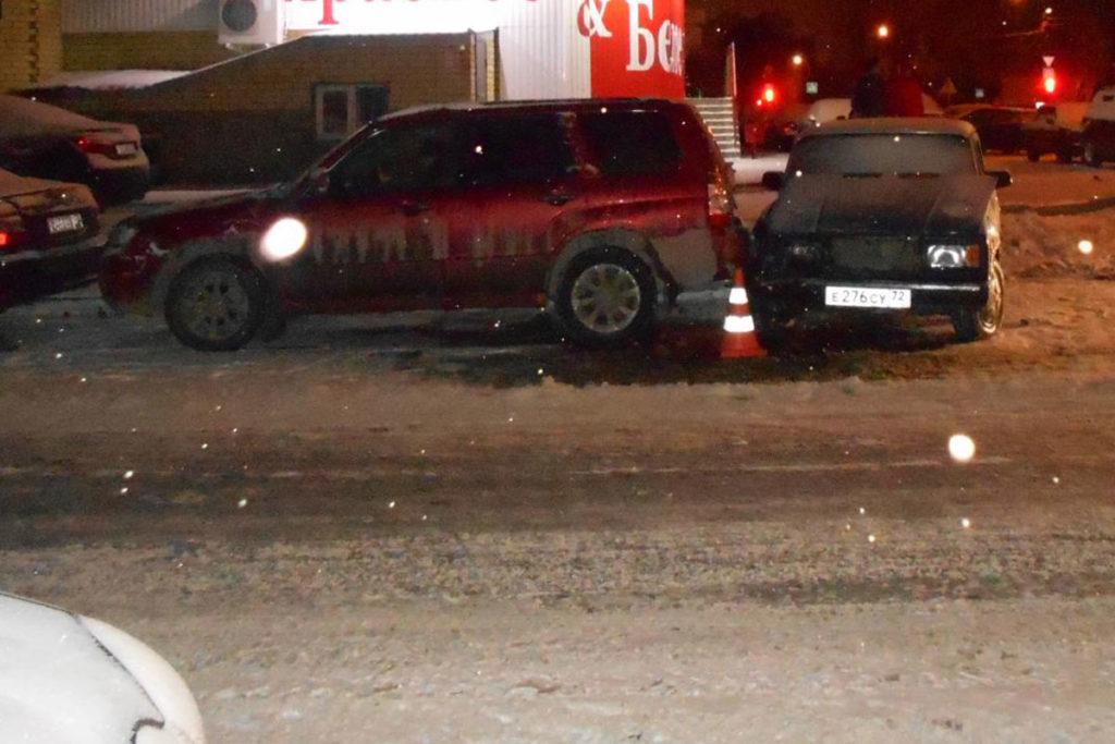 В третьем часу ночи на улице Льва Толстого областного центра в стоящий автомобиль «Субару» въехали «Жигули» 7-й модели
