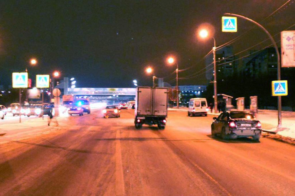 Два пешехода в течение 40-ка минут сбиты в Тюмени на одном пешеходном переходе, на ул.Широтной, 25