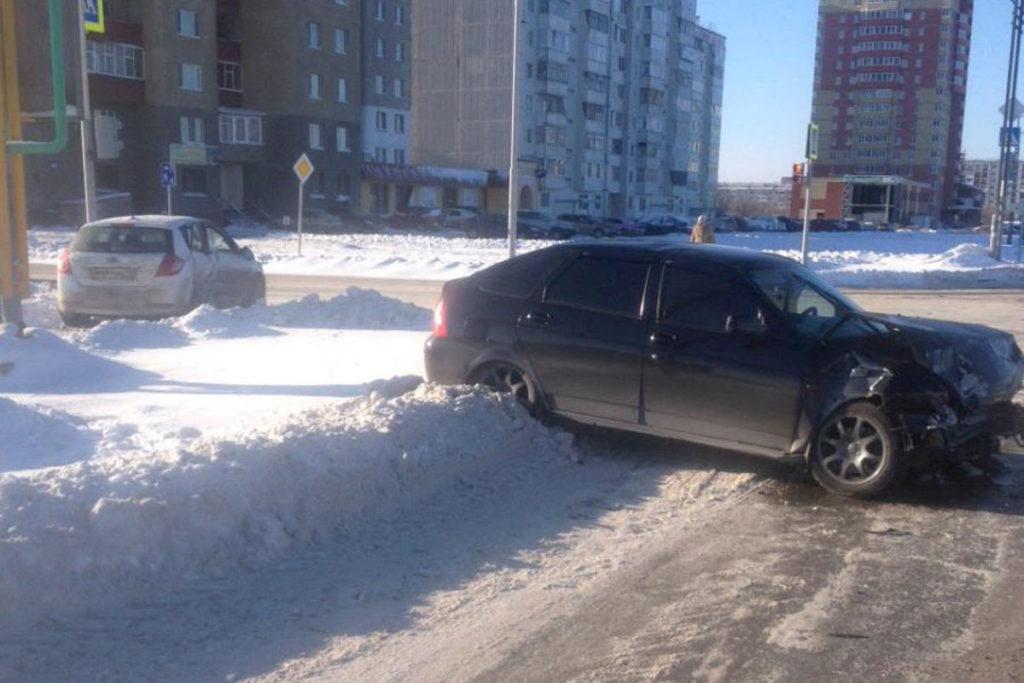 В городе Тобольске на пересечении проспекта Дзираева и улицы Неймышева столкнулись автомобили «Киа Сид» и «Лада Приора»