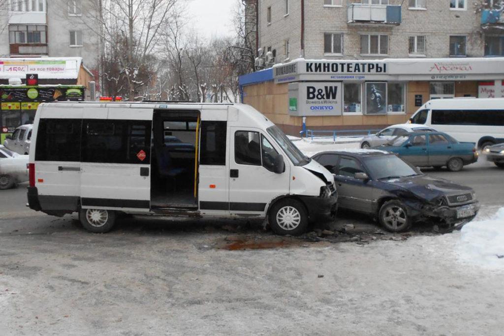 В два часа дня на улице Тульской областного центра водитель «Лады» 15-й модели нарушил очередность проезда и создал помеху автомобилю «Ауди»