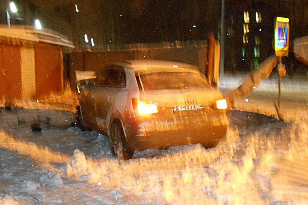 Около двух часов ночи на улице Малиновского областного центра автомобиль  «Ауди» въехал в бетонный забор. От прохождения освидетельствования на состояние опьянения 34-летний водитель иномарки отказался. В результате происшествия он получил травмы шеи и лица.