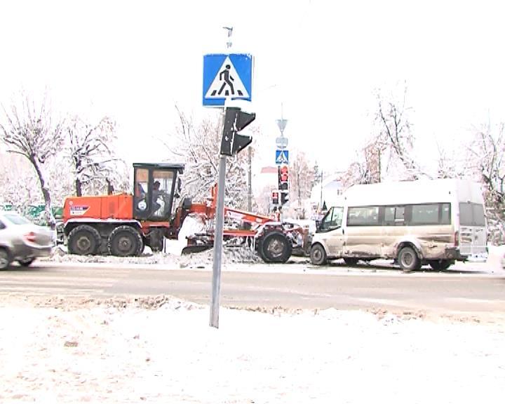 Сегодня на перекрестке улиц Полевой и Садовой областного центра водитель маршрутного такси, по предварительным данным, отвлекся от управления и проигнорировал красный сигнал светофора