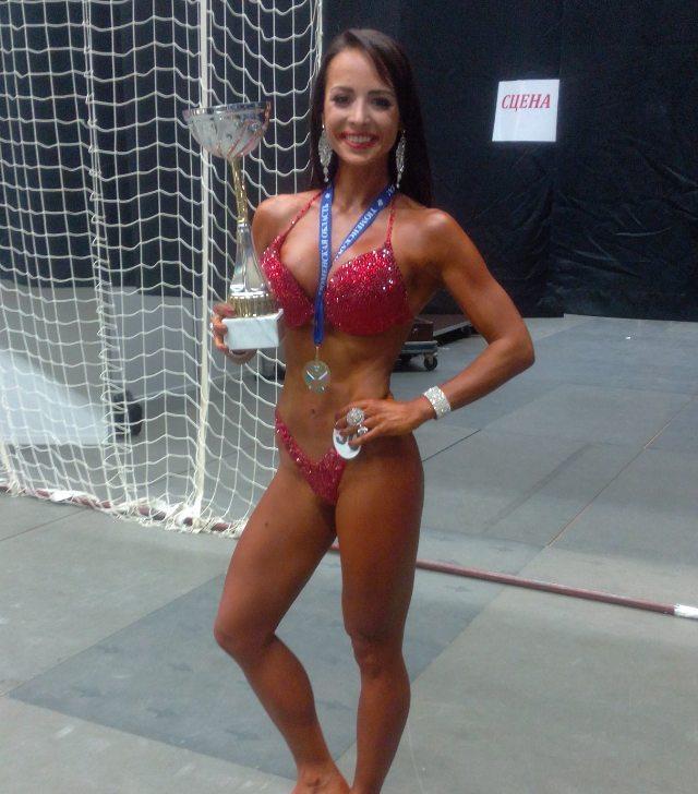 Победительница номинации фитнес-бикини Анна Солодова